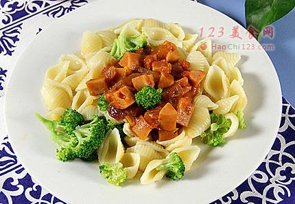 1、准备好所用食材。2、将洋葱火腿肠切成小块,西兰花洗净掰成小朵。3、番茄去皮,切成小丁。4、锅中注入水,烧开后放入意面。5、煮至意面完全熟后下入西兰花煮至1分钟。6、将煮好的意面和西兰花捞入冷水中冲