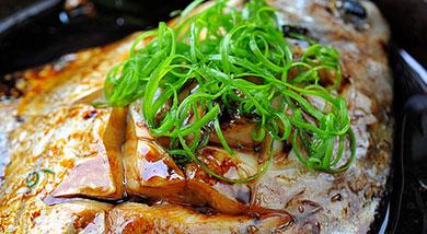 原料:鲳鱼1条(大约180G);调味:料酒15ml;葱;姜;生抽10ml;老抽5ml;营养:超级省时简单,味道鲜美,营养丰富。做法和步骤:微波炉红烧鲳鱼做法和步骤1材料准备好,鲳鱼开膛清理干净,葱切段