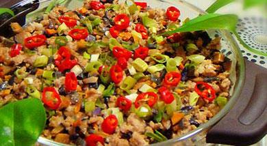 原料:豆腐1块;肉末1小碗;香菇几朵;洋葱0.5个;胡萝卜1/4根;葱花;姜末;红辣椒;调味:料酒;生抽;盐;湿淀粉;香油;营养:用微波炉蒸出来的全能营养菜。做法和步骤:微波炉香菇肉末蒸豆腐做法和步骤