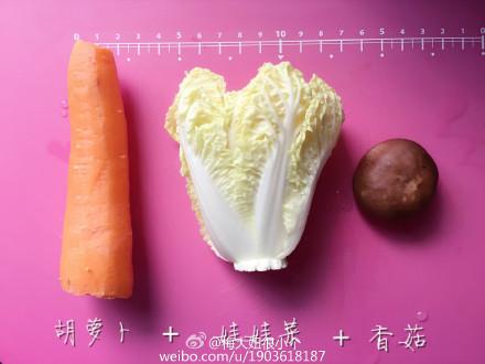 胡萝卜娃娃菜香菇泥适合8个月以上的宝宝。'各位麻麻从4-6月添加的时候要一样一样加 ,万一过敏也好查找过敏原,还有现在打的泥都要比6、7个月略粗了,主要宝贝已经长牙啦