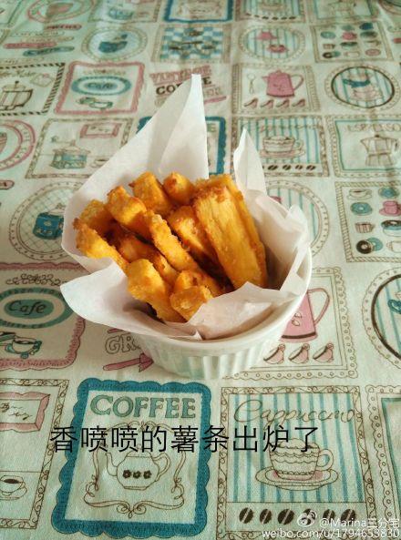 烤红薯条适合1岁半以上的宝宝,平时红薯要么蒸要么烤,偶然看到了这个做法,就尝试了一下,很好吃喔。但是不要吃太多,怕不好消化