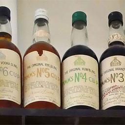 绚丽的色彩、独特的口味,这就是力娇酒(Liqueur)。力娇酒是一种以蒸馏酒为酒基,配制各种调香物并经过甜化处理的酒精饮料。  鸡尾酒中使用力娇酒,使得其口感、色泽变化无穷。由于其种类繁多,我们将以七篇来详细介绍下多姿多彩的力娇酒,本文是第五篇。                1榛子力娇酒(Frangelico)榛子力娇酒一种采用意大利独有的野榛子酿造的甜酒。它的名字是一个高僧名字(Fra Angelico)的缩写,酒瓶酷似一个系着腰带的僧侣。榛子与可可和香草混合后产生了复杂的香浓味道。陈酿使这种甜酒最终