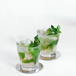 """莫吉托(mojito)是一款20世纪在古巴流行起来的鸡尾酒,在《迈阿密风云》、《北京青年》等影视作品中都有它的身影。制作简单且非常适合男士口味。莫吉托并不浓烈,清新的口感中带出一丝青涩和甜蜜。更形象的比喻吉莫托,那就是初恋的感觉。  莫吉托这一名称的由来也有许多种说法,其中一种说法是来自古巴的莫侯酱,一种用莱姆做成的调味酱汁。另外一种说法则是源自西班牙文中mojadito或mojado的衍生词。受到岛上加那利群岛移民的影响,此词可能也来自于以莫侯酱制成的一种腌制菜肴。""""mojo""""一词是美国南方的克里奥方言"""