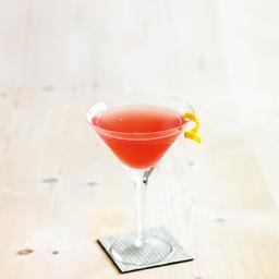 大都会(cosmopolitan)属于马天尼类鸡尾酒,此酒源自于于美国1989年鸡尾酒大赛冠军作品,已流行世界20多年,是一款非常经典的佳作。酒味适中,口感甜酸,水果味浓郁,是一款非常适合女士于夏天饮用的鸡尾酒。小提示:如果不胜酒力,可以适量调整伏特加和果汁的比例                冰块4-6块伏特加2盎司橙味力娇酒1盎司柠檬汁1盎司蔓越莓汁1盎司橘皮条一根1把冰块放入雪克壶2将伏特加、橙味力娇酒、柠檬汁、蔓越莓汁倒入雪克壶中3摇晃均匀4缓缓倒进杯中,用橘皮条装饰5尽享美味吧!转载请注明:有颜