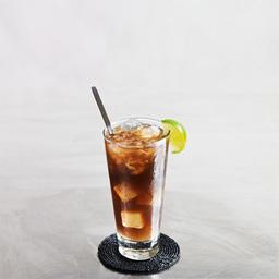 """长岛冰茶(long island iced tea)虽然取名冰茶,却在没有使用半滴红茶的情况下就调制出 具有红茶色泽与口味的美味鸡尾酒来。  长岛冰茶是一类调和鸡尾酒的通称,起源于冰岛。据说在二十世纪二十年代美国禁酒令期间,酒保将烈酒与可乐混成一杯看似茶的饮品。还有一种说法是在1972年,由长岛橡树滩客栈(Oak Beach Inn)的酒保发明了这种以四种基酒混制出来的饮料。 调和此酒时所使用的酒基本上都是40°以上的烈酒。虽然取名""""冰茶"""",但口味辛辣。  长岛冰茶有很多变种,比如多加一份白兰地、杏仁酒等"""