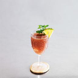 在西印度群岛一带所流传的迷信中,僵尸(zombie)一词是指受魔术师操纵的死人。在大量鲜果汁香味的掩饰下,我们必须看到这是一款由三种朗姆酒混合在一起的珍稀鸡尾酒。别贪杯,它会让你在不自觉中失去控制。小提示:个人喜好在调制此酒时加入一些薄荷酒,入口更清爽                冰块4-6块黑朗姆酒2盎司白朗姆酒2盎司金朗姆酒1盎司橙味力娇酒1盎司青檬汁1盎司橙汁1盎司菠萝汁1盎司番石榴汁1盎司糖浆1汤匙橙子糖浆1汤匙茴香力娇酒1茶匙薄荷叶少许菠萝片1片1把冰块放入雪克壶2把所有酒水倒入雪克壶后摇晃均