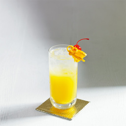 哈维是游泳运动员,一次比赛用得了冠军,就跑到酒吧喝酒庆祝,伏特加加橙汁是很流行的喝法,但他喜欢在这里面加一点加力安奴,连续喝了十杯,后来昏呼呼的走了出去,在门口撞在了墙上,所以取名这款酒为撞墙哈维(Harvey Wallbanger)。小提示:根据酒杯大小进行度量:两种酒水的比例依次是3:8,加利安奴适量                冰块适量伏特加3盎司橙汁8盎司加利安奴力娇酒2茶匙樱桃1颗橙片1片1在酒杯中放入五分满的冰块2倒入伏特加和橙汁3用茶匙抵住杯沿,轻轻倒入加利安奴,使其浮在上层4加上樱桃和柠