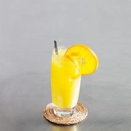 螺丝刀(Screwdriver)的得名很简单,伏特加加橙汁,旋转时搅拌饮用而得名,而他的另一个名字女士们必须知道——少女杀手。之所以有此名是因为伏特加无色无味,而大量加入橙汁的强势味道完全掩盖了酒精,不知不觉便喝高了。当然实际上酒精度数并没有传说中那么猛烈。小提示:话说伏特加与橙汁是完美的组合。                冰块大量伏特加2盎司橙汁大量橙片1片1在酒杯中放入八分满的冰块,倒入伏特加2用橙汁补满3搅拌均匀4加上橙片装饰5尽享美味吧!转载请注明:有颜色 » 螺丝刀