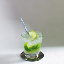 乡村姑娘(Caipirinha)是葡萄牙语直译,使用巴西特产的甘蔗酒。盛夏已经降临,一杯清新的乡村姑娘一定会让你瞬间抛去燥热的心情。还有一种比较流行的喝法是用2盎司白朗姆酒代替甘蔗酒。  巴西甘蔗酒是以纯甘蔗为原料,经过发酵、蒸馏后得到朗姆酒,口感偏甜。常见的甘蔗酒有Caipirinha,是巴西国饮。                冰块4-6块青檬片6片砂糖2茶匙甘蔗酒3盎司1把柠檬片放入酒杯中2加上砂糖3用压棒捣碎,然后加入甘蔗酒4加上冰块并搅拌均匀5尽享美味吧!转载请注明:有颜色 » 乡村