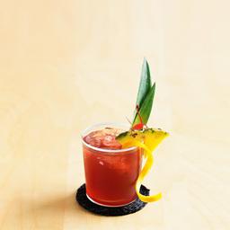 """媚态(Mai-Tai)是大溪地语中""""最高""""的意思。当地一名调酒师使用17年的朗姆酒调制了这杯酒,认为它就是至高无上的,从而得名。媚态被誉为热带风情饮品女王,朗姆酒佐以鲜青檬汁、杏仁、橙味酒,再加上菠萝、樱桃的衬托。一缕缕的清爽使得你瞬间不再拒绝海岸的艳阳。小提示:去大溪地度假,如果没有尝过Mai-Tai,似乎等于去了黄山没到宏村。                冰块4-6块白朗姆酒1盎司黑朗姆酒1茶匙橙味力娇酒1盎司青檬汁1盎司菠萝汁1盎司橙汁1盎司杏仁糖浆1茶匙石榴糖浆2茶匙菠萝片1片菠萝叶两片樱桃1颗"""