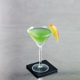 """马天尼(Martini)与曼哈顿、布朗克斯并称为三大鸡尾酒。而更有鸡尾酒之王一说。有人说:""""鸡尾酒自马天尼开始,又以马天尼告终。""""马天尼不完全统计有200多种调法。本文介绍的是苹果马天尼(Apple Martini),比起经典的马天尼,这一抹青涩诉说的是初夏与初恋的感觉。小提示:可以依个人口味滴入一两滴苦精                冰块4-6块伏特加1盎司苹果力娇酒1盎司苹果汁1盎司苹果片1片1把冰块放入雪克壶2把伏特加、苹果力娇酒、苹果汁倒入雪克壶中3摇晃均匀4把调制好的鸡尾酒倒入酒杯,加上苹果片"""