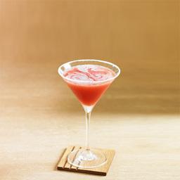深沉优雅的大都会2号(metropolitan)鸡尾酒。深红的酒色,宛若红色的玛瑙,清新的水果气息,甜而不腻的口感,略带伏特加酒精的味道,适合都市中白领丽人的鸡尾酒。趣闻:这个当代的经典鸡尾酒,在电视剧《欲望都市》中出了名。里面的摩登派对,唯一出现的就是这种酒,也是女主角最钟情的一款鸡尾酒。小提示:有条件的话,可以在马天尼杯中加一些冰沙,口感更好。                冰块4-6块伏特加1/2盎司覆盆子力娇酒1/2盎司蔓越莓汁1/2盎司橙汁1/2盎司砂糖1汤匙柠檬片1片1将酒杯边缘贴近柠檬片,转