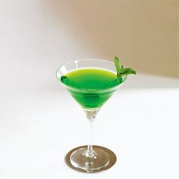 飞行的草蜢(Flying Grasshopper)是一款餐前餐后皆宜的鸡尾酒。酒精度数略高,薄荷的清香十分明显,口感清爽,本配方使用白可可酒会使得口感更滑润。小提示:该酒有两个版本,另外一个是把可可力娇酒换成白薄荷力娇酒                冰块4-6块伏特加1盎司绿薄荷力娇酒1盎司白可可力娇酒1盎司薄荷叶薄荷叶1在调酒杯中放入冰块2倒入伏特加、绿薄荷力娇酒、白可可力娇酒3搅拌均匀4把调制好的鸡尾酒倒入冰镇的酒杯中,并用薄荷叶装饰5尽享美味吧!转载请注明:有颜色 » 飞行的草蜢