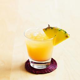 """红粉小野猫(pink pussycat)酒如其名,是一款比较俏皮的鸡尾酒。""""小野猫""""一直躲在杯底,总是诱惑着你快速喝完上面的菠萝汁使其跳出。小编猜想调酒师设计这杯酒的时候已经在营销上想了很远。小提示:在调酒时也可加入一个蛋清                冰块适量石榴糖浆1茶匙金酒2盎司菠萝汁大量菠萝片1片1在酒杯中放入半杯冰块2倒入石榴糖浆3倒入金酒4用菠萝汁补至九分满,并用菠萝片装饰5尽享美味吧!转载请注明:有颜色 » 红粉小野猫"""