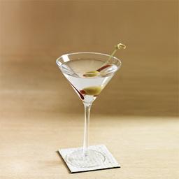 God is in the details. 没错,这句话说的就是马天尼。  马天尼可说是一直或者在某些情况下最让调酒师紧张的鸡尾酒了。由于金酒与 威末酒(Vermouth)的选择和比例搭配,冰块,还有调制方法,橄榄等等多多的细节让不同的店家有了各自的配方和不同的派系风格。  这里用的是摇和法,所以我还想说对于马天尼那时的美国人特别要求温度要绝对的低,再有1杯的分量约有150ml,你知道这个分量是偏大的。这就是他们的风格。不管你用怎样的方法调制马天尼,请你多了解他的背景,或许每种方法都有他不同的背景,这样