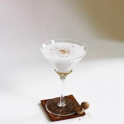 """介绍:亚历山大(gin Alexander),据说这款鸡尾酒深受19世纪中叶英国国王爱德华七世的王妃亚历山大的青睐。本款酒品具有奶油般的口感,巧克力般的甜味。因为使用了鲜奶油,所以在摇动过程中要快速、强烈、有力。如果用伏特加代替金酒的话,那就调制出了""""芭芭拉""""这款鸡尾酒。小提示:小提示:这是亚历山大的改版,原版基酒是白兰地                冰块4-6块金酒1盎司白可可力娇酒1盎司奶油1盎司磨碎的肉豆蔻1颗1把冰块放入雪克壶2倒入金酒、可可力娇酒、奶油,摇晃均匀3把调制好的鸡尾酒倒入冰镇的酒杯"""