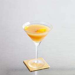 迈阿密海滩(Miami Beach)这款柚子汁鸡尾酒,漂亮的渐变黄色由浅到深,而且入口清甜怡人,有如置身于迈阿密海滩,享受着海风迎面吹来一样凉快!小提示:这杯酒的点睛之处就是橘皮的装饰和酒杯的选择                冰块4-6块苏格兰威士忌2盎司干威末酒1.5盎司西柚汁2盎司橘皮少许1把冰块放入雪克壶2倒入威士忌、干威末酒和西柚汁3摇晃均匀,把调制好的鸡尾酒滤入冰镇的酒杯中4加上橘皮做装饰5尽享美味吧!转载请注明:有颜色 » 迈阿密海滩