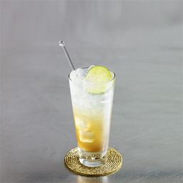 威士忌利克酒(whiskey rickey)顾名思义,它是在利克金酒出名之后,用威士忌为基酒的替代品。威士忌、苏打水与冰块的渐变使得这杯酒鬼斧神工般的华丽。小提示:利克酒(rickey)就是金酒和柠檬汁、汽水的混合饮料                冰块4-6块威士忌2盎司青檬汁1盎司苏打水适量青檬片1片1将冰块放入酒杯中2加入威士忌和青檬汁3用苏打水补至九分满4轻轻搅拌几下,加上青檬片装饰5尽享美味吧!转载请注明:有颜色 » 威士忌利克酒