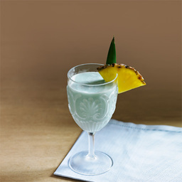 蓝色夏威夷(blue hawaiian)洋溢着热带风情,见到它就会让人不禁联想到长夏之岛——夏威夷的蔚蓝大海。蓝橙酒代表蓝色的海洋,塞满酒杯中的碎冰象征着泛起的浪花,而酒杯里散发的果汁甜味犹如夏威夷的微风细语。所以这款鸡尾酒一直是以色香味齐全和洋溢着海岛风情而倾倒顾客,为世人所热衷。                冰块4-6块白朗姆酒2盎司蓝橙力娇酒1/2盎司菠萝汁1盎司椰奶1/2盎司菠萝片1片1把冰块放入雪克壶2加入朗姆酒、蓝橙力娇酒、椰奶3摇晃均匀,把调制好的鸡尾酒滤入冰镇的酒杯中4加上菠萝片装饰5尽