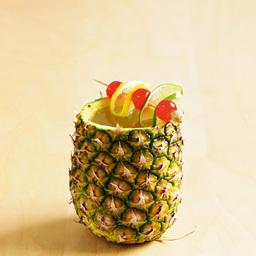 """菠萝派的奇幻漂流(Josiah's bay float)直译:裘西哈海湾漂浮,小编看了李安导演的少年派后应景的改成这个更容易记的名字。椰子做载具很常见,用菠萝做载具实是少见。如果遇到一位少年忍着被菠萝刺破手的危险为你做出这杯酒,一起分享完之前,怎么能不说出那句 """"I do!""""小提示:如果是情侣分享,别忘记配上一对情侣吸管                冰块4-6块金朗姆酒2盎司加利安奴力娇酒1盎司菠萝汁2盎司青檬汁1盎司糖浆4茶匙菠萝壳1个香槟适量青檬片1片柠檬片1片樱桃3颗1把冰块放入雪克壶2"""