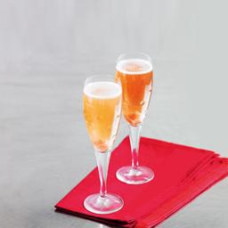 香槟鸡尾酒(Champagne Cocktail)是一杯香槟鸡尾酒,香槟和白兰地的组合是比较经典的喝法。如果你选用的香槟是甜味比较重的那种,可以不放方糖。小提示:根据酒杯大小,调整各酒水比例,香槟约占60%                方糖1块苦精1茶匙白兰地1盎司香槟适量1把方糖放入冰镇的酒杯中2加上苦精3倒上白兰地4在上面倒入香槟至九分满5尽享美味吧!转载请注明:有颜色 » 香槟鸡尾酒
