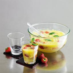 春意盎然是一杯香槟鸡尾酒。营养与颜色的搭配是它成功的关键。个人觉得比较适合做晚餐鸡尾酒,或者说是一份晚餐的头分汤替代品。小提示:调制完成后不要放置太久,否则容易氧化影响口感                草莓16个菠萝去皮剁泥1/2份砂糖1~2汤匙樱桃力娇酒1盎司苏打水1杯(约300ml)干香槟1杯(约300ml)薄荷叶适量草莓切片几颗1把菠萝泥、草莓、砂糖放入一个大汤碗中2加上樱桃酒、苏打水3用压棒捣碎,搅拌均匀4倒入香槟。撒点薄荷叶。入杯时在上面加上草莓片和薄荷枝叶装饰下5尽享美味吧!转载请注明:有颜