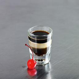 响尾蛇(Beam me up)是没有它的名字那么烈,完全是用甜酒做出的视觉效果。分层时手不要抖,在子弹杯的衬托下,它真的像一条响尾蛇的尾巴。小提示:分层有点难度,可以借助吧匙来完成                黑可可力娇酒1盎司百利甜酒1盎司甘露酒1盎司樱桃1颗1把可可甜酒倒入酒杯2轻轻的倒入百利甜酒做第二层3轻轻的倒入甘露做第三层4加上樱桃装饰5尽享美味吧!转载请注明:有颜色 » 响尾蛇