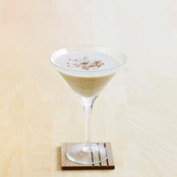 """亚历山大(Alexander),据说这款鸡尾酒深受19世纪中叶英国国王爱德华七世的王妃亚历山大的青睐。本款酒品具有奶油般的口感,巧克力般的甜味。因为使用了鲜奶油,所以在摇动过程中要快速、强烈、有力。如果用伏特加代替金酒的话,那就调制出了""""芭芭拉""""那款鸡尾酒。小提示:亚历山大有好几个版本,本篇是原版                冰块4-6块白兰地1盎司棕可可力娇酒1盎司高脂奶油1盎司肉豆蔻粉末少许1把冰块放入雪克壶2倒入白兰地、可可甜酒和奶油,摇晃均匀3把调制好的鸡尾酒滤入冰镇的酒杯中4撒上肉豆蔻粉末装饰"""