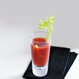 圣母玛利亚(virgin mary)摆在你面前,绝对会让你认为它是那杯容纳了所有味感的血腥玛丽,特别是那标志性的芹菜杆。其实它是一杯无酒精的果汁。小提示:胡椒粉和盐要适量,如果想要更血腥一些,来点芥末吧                冰块4-6块番茄汁3盎司柠檬汁1盎司辣椒油几滴辣椒酱少许芹菜盐少许胡椒粉少许柠檬片1片芹菜杆1根1把冰块放入雪克壶. 倒入番茄汁2加入柠檬汁3倒入辣椒油和辣椒酱4放入芹菜盐和胡椒粉,摇晃均匀后滤入冰镇的酒杯中。加上柠檬片和芹菜杆装饰5尽享美味吧!转载请注明:有颜色 &raqu