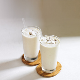 椰香冰淇淋(Coconut cream)是用椰奶、菠萝汁、菠萝块与冰淇淋调制的果肉果汁,有椰奶的中和菠萝不会那么酸,不一定要用香草冰淇淋,小编实验了下香芋口味也不错。小提示:可以加入一些冰沙在杯中,口感更好                菠萝汁350ml椰奶90ml香草冰淇淋150g菠萝块140g椰子片几片1把菠萝汁和椰奶倒入果汁机2加入冰淇淋3加入菠萝块,开启果汁机直至看起来很滑润(5~10秒)4把调制好的果汁倒入冰镇的酒杯中,加上椰子片装饰。5尽享美味吧!转载请注明:有颜色 » 椰香冰淇淋