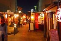 """青森县是本州(*1)北部的日本自治区。每年都有大量游客到青森县的八户市去观赏美丽的海岸、品尝美味的海产品。若是您也有机会去八户的话,请务必去""""八户弥勒小巷""""看看。全长80m的小巷里,限制10个小店拥挤在一起。寿司、西餐、串烧、关东煮、拉面、韩国料理等等,种类丰富的小店一共26家。"""