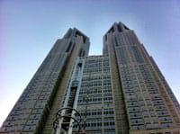 """从JR新宿站出来步行10分钟,在新宿副都心高层建筑物群里,就可以看到最有存在感的""""东京都厅"""",看起来就像是SF片子里看过的设计。不过,大家知道如何能够不花钱就饱览整个东京的美"""