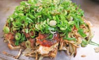「お好み焼き」(中文又称为什锦烧或随意烧),主要是一种日本西部地区吃的铁板烧料理,利用小麦粉一些食材料理而成。不同的地区做法和材料都太不一样,最具代表是大阪的「关西风」