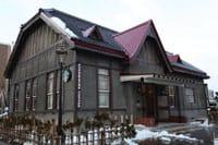 """""""青森县""""位于日本本州最北端,你知道吗,在这个冬天积满雪的地方,竟然有一间很有风情味的咖啡厅哦!星巴克咖啡 弘前公园前店继神戸北野异人馆店,是日本第二家利用有形文化财开业的星巴克。建筑外观就像是大正时代般一样的风情,还可以感受到怀旧的味道。"""