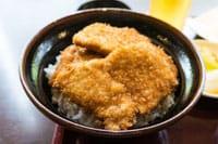 日本传统美食---炸猪排盖饭。加入了新潟市特制酱油汁料的它甜中渗着鲜鲜的咸,咸中又裹着汩汩甘甜。本文给大家介绍让人欲罢不能的炸猪排盖饭~