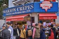 """Marion Crepes""是在1976年(昭和51年)从一个运货车上开始的。最初人们将它用纸卷起来吃,可以边吃边参观日本文化。"