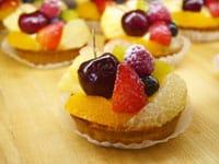 oHacorte(オハコルテ)是冲绳人气甜点杂货屋,自2009年开业以来,目前在冲绳有五家分店。珠宝盒般的玻璃柜展示着让人食指大动的新鲜水果塔,还有多款美味的饼干可以当伴手礼。快跟随着Matcha小编的脚步,来看看有什么必吃水果塔&甜点吧!