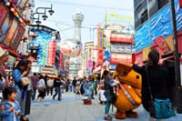 大阪的通天阁的下町里,有个被人们称呼为「新世界」的地方。■大阪の浪速っ子を見守り続ける、高さ103メートルの展望塔「通天閣」通天阁周边通天阁脚下,有个以炸串而闻名的「