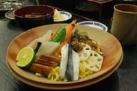 世界闻名的「SHSHI」,其实有「握寿司」、「卷寿司」等等各式各样的种类。这次要来介绍的寿司既不是「握的」也不是「卷的」,而是冈山县的乡土料理「散寿司」,在冈山车站里就能