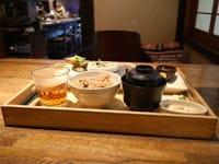 岡山的主要街道中有一條「縣廳通(県庁通り)」。从此街开始往前走55步的地方(笔者数出)有一间非常为客人的身体健康着想,并且能吃到日本料理的咖啡店。那店名就叫做「Ouchicafe bomboncha」 (おうちカフェbonboncha) 」。