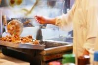 """说到北海道道民的灵魂美食,其中之一就是""""ザンギ""""(日式炸鸡)了。这风靡了全日本甚至是海外游客的日本在地小吃,讲到北海道的ザンギ日式炸鸡圣地,就是这了!位于道东钏路的""""鸟松""""。这家店据说是日本炸鸡的起源处呢!就让我们一同来去探询它的创始店铺,寻找最道地的美味。"""