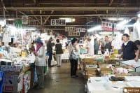 """日本东北中部的宫城县盐釜市,不仅有世界三大景""""松岛"""",还有一个贩卖新鲜鱼货的中间批发市场""""盐釜中间批发市场""""。喜爱吃海鲜的朋友绝不能错过!这里和知名的筑地市场不同的是,一般的民众也能自由选购渔货并能在这里吃到日本其他地方也难以吃到的新鲜""""生鲔鱼""""。另可在选购之后到旁边的用餐区添购大碗白饭与味噌汤,开始组合自己特制的海鲜盖饭喔!"""