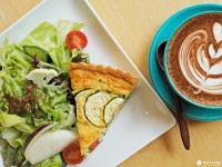 轻井泽有不少提供早餐的咖啡店与餐厅,Natural Cafeina老板原为丸山咖啡的咖啡师,后来决定与巴西出生的妻子一起打造外婆留下的洋房,塑造成充满花草异国风情的咖啡店。对咖啡的讲究与独特的料理总吸引邻居与旅客上门迎接美好早晨。